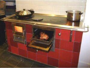 mūrēta malkas plīts virtuvē