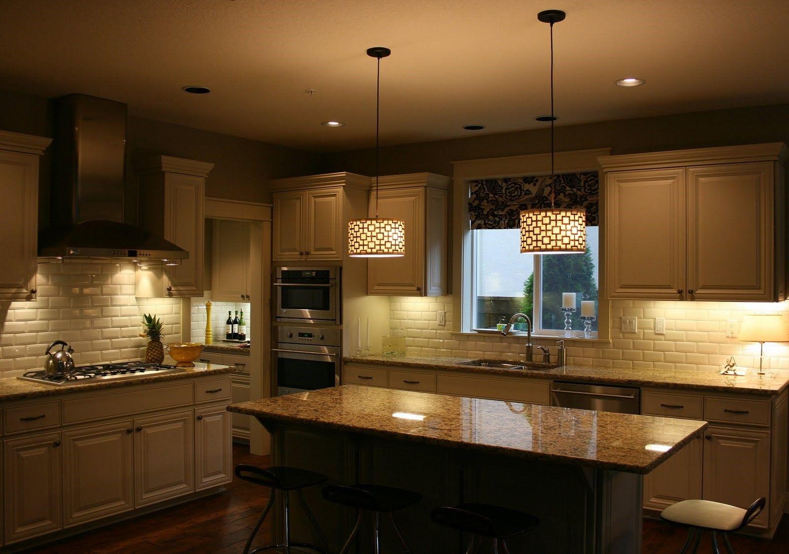 vāji apgaismota virtuve, kur ir ierīkotas rozetes un slēdži